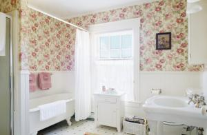 Floral print wall paper in traditional bathroom